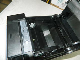 Принтер Штрих-М-01Ф. Видны весовые датчики и пластиковая гребенка.